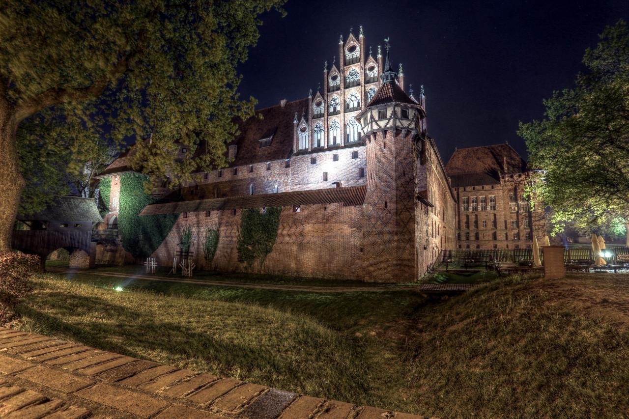 Замок Мальборк ночью. HDR стиль Grunge