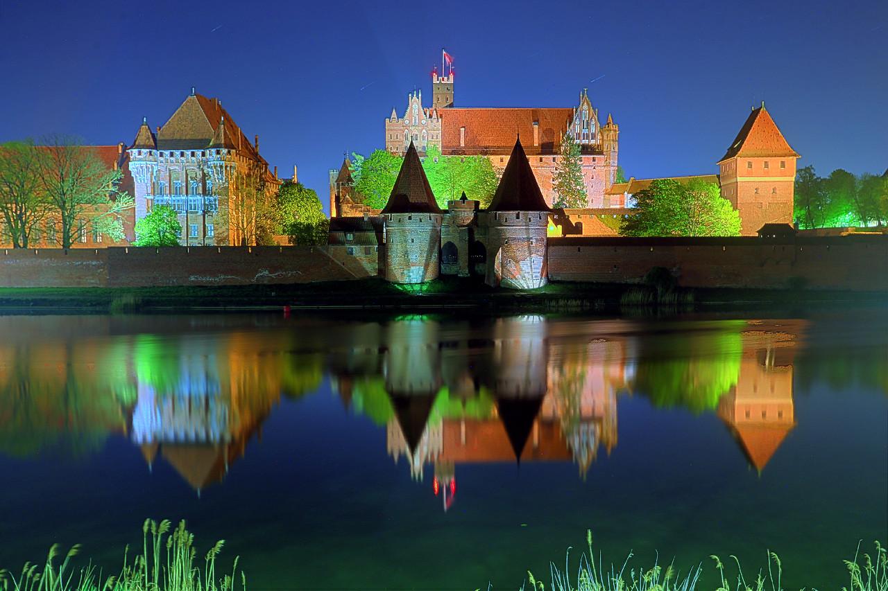 Замок Мальборк ночью. HDR, экстремальные цвета